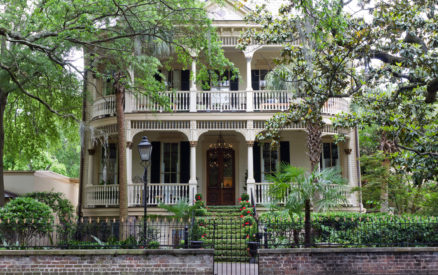 beautiful homes in the historic district of savannah. exploring them on a walking tour is one of the best things to do in savannah ga